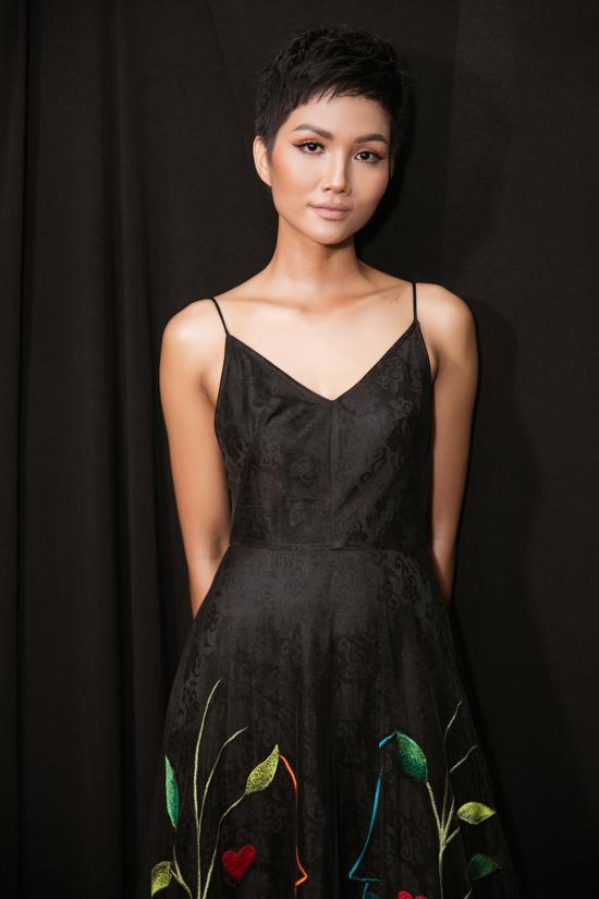 Tham gia chương trình, Hoa hậu HHen Niê chia sẻ cô rất vui và hạnh phúc khi trở lại sàn diễn thời trang