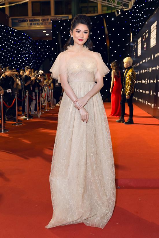 Á hậu Thùy Dung chọn thiết kế mới nhất của Vincent Đoàn để tham gia sự kiện.