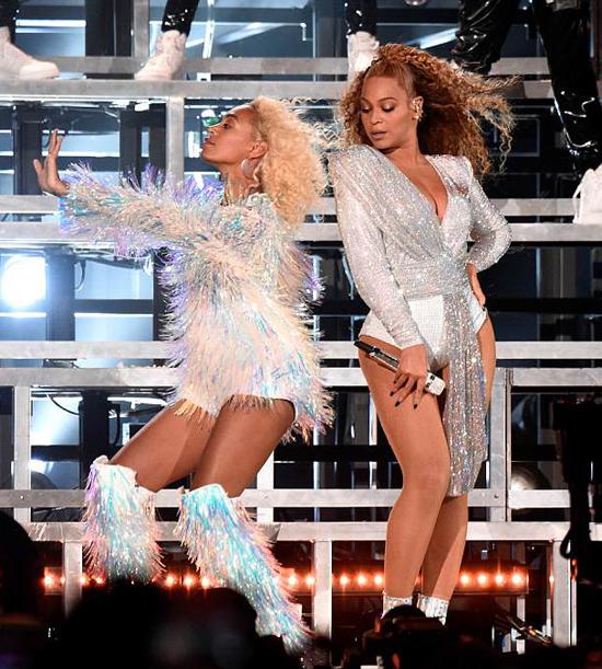 Chị em Beyonce trên sân khấu Coachella.