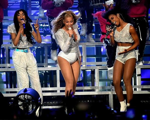 Beyonce biểu diễn cùng hai cô bạn Kelly Rowland và Michelle Williams.