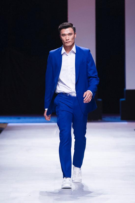 Chàng thủ thành Bùi Tiến Dũng gây bất ngờ lớn khi xuất hiện trong đêm cuối của Tuần lễ thời trang quốc tế Việt Nam với vai trò người mẫu trên sàn catwalk.
