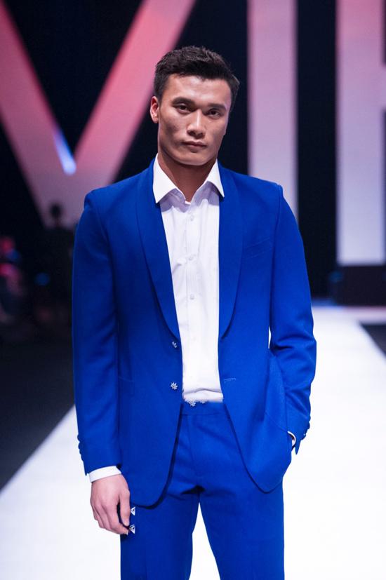 Bùi Tiến Dũng bảnh bao trong bộ vest tông màu xanh cô ban thời thượng, kết hợp với áo sơ mi trắng và đôi giày thể thao quen thuộc với anh.