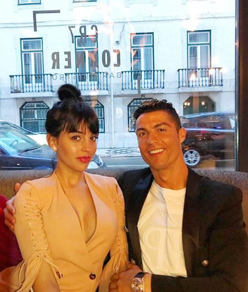 C. Ronaldo tươi cười khoác vai bạn gái tại khách sạn mang tên anh ở Lisbon, Bồ Đào Nha, cuối tuần qua. Ảnh: Instagram.