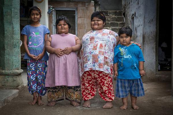 Yogita và Amisha bên cạnh chị gái và em trai. Ảnh: Cover Asia