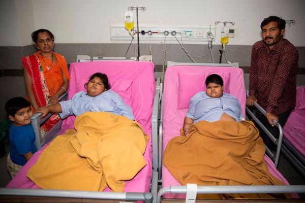 Hai cô bé ở bệnh viện sau ca phẫu thuật vào ngày 6/3 vừa qua. Ảnh: Cover Asia