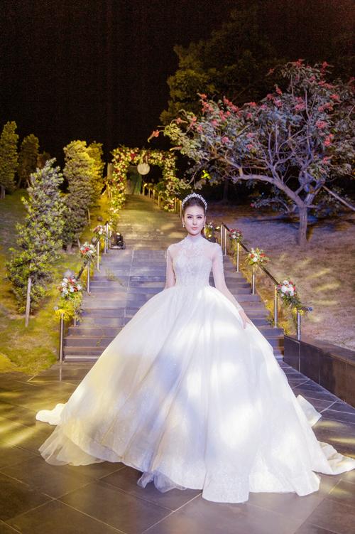 Giữ vai trò vedette trong buổi biểu diễn áo cưới vừa diễn ra vào cuối tuần qua tại Hà Nội, Hà Lade thu hút ánh nhìn của mọi người với vẻ đẹp đài các, kiêu sa khi mặc bộ lễ phục mang phong cách hoàng gia. Thiết kế tạo điểm nhấn với phần cổ trang sức (jewel necklines) và chân váy bồng bềnh xòe rộng.