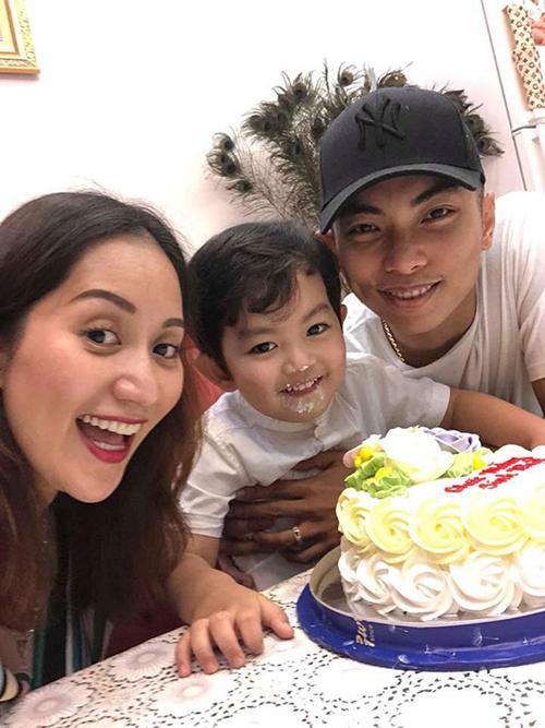 Kubi nhà Khánh Thi Phan Hiển mặt mũi hớn hở vì được ăn bánh kem sinh nhật.