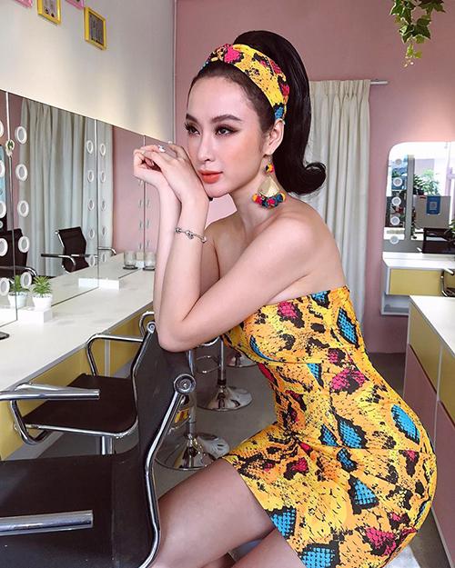 Angela Phương Trinh hoá cô nàng yêu kiều thập niên 70 với váy hoa hoạ tiết retro, tóc buộc cao.