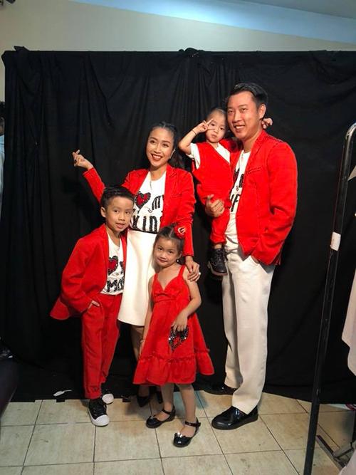 Cả nhà Ốc Thanh Vân lên đồ đỏ chót trong bộ hình thời trang. Nữ diễn viên hài hước chia sẻ: Nhá hàng hậu trường nha. Nhà mình chuẩn bị đi két quớc đây.