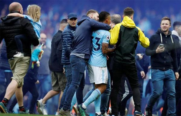 Fan ôm hôn, tung hô Jesus và các đồng đội trên sân.