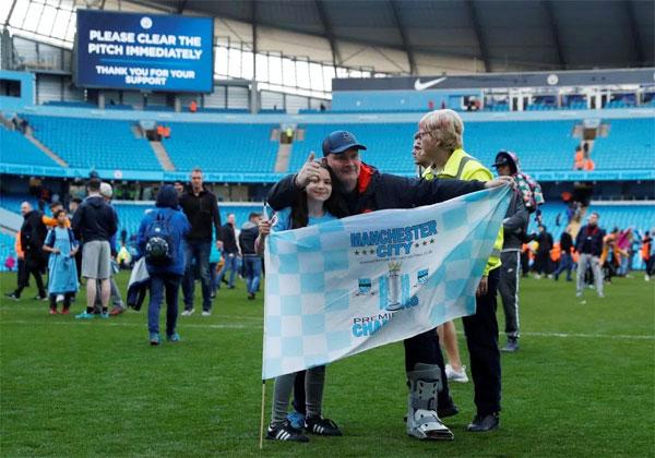 ... giường cờ ăn mừng sau trận thắng đầu tiên trên sân nhà với tư cách là nhà vô địch, bất chấp nỗ lực