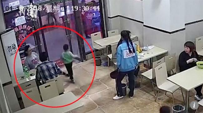 Bà bầu cố tình giơ chân khi cậu bé chạy qua, trước sự chứng kiến của nhiều khách hàng khác. Ảnh cắt từ video.