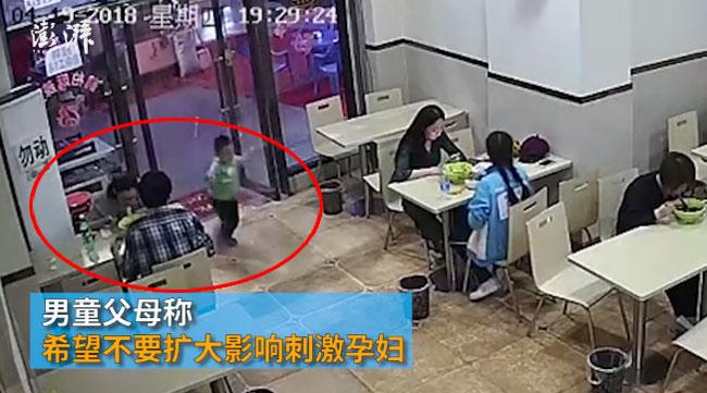 Trước đó, bé trai chạy nghịch, vén tấm rèm cửa hất tung vào mặt của bà bầu. Ảnh cắt từ video.