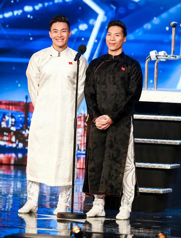 Cặp đôi xiếc diện áo dài truyền thống khi giới thiệu về bản thân trên sân khấu nước Anh.