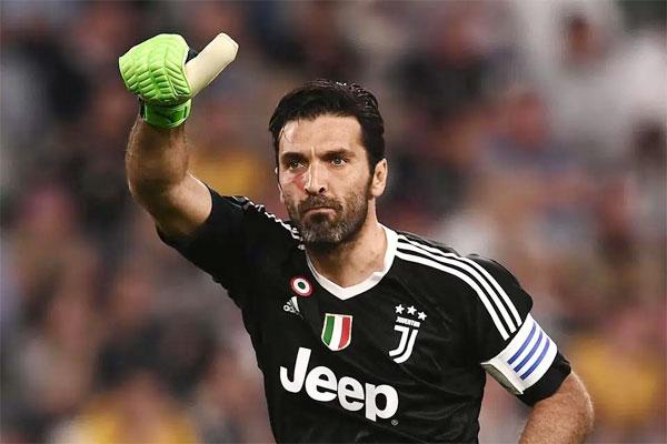 Theo The Sun, tổ chức WeWorld Onlus của Italy phối hợp với ban tổ chức giải Serie A phát động chiến dịch nói không với bạo lực phụ nữ cuối tuần qua. Một loạt sao Serie A hướng ứng phong trào này bằng cách bôi một vạch đỏ lên má khi ra sân.