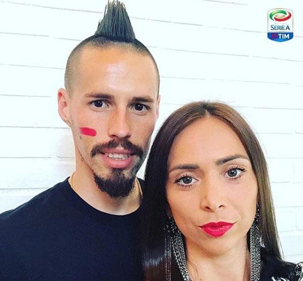 Marek Hamsik, tuyển thủ Slovakia và vợ, ủng hộ chiến dịch chống bạo hành phụ nữ.