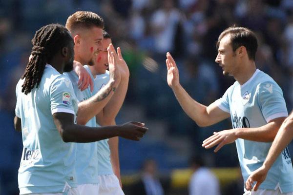 Các cầu thủ Lazio trong trận thắng 4-0 trước Sampdoria, cũng ủng hộ chiến dịch chống bạo lực phụ nữ.