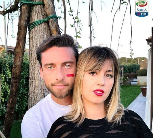 Nhiều ngôi sao Serie A hưởng ứng bằng việc đăng ảnh bên vợ, bạn gái với một bênmá bôi vạch đỏ trùng màu với son môi của nửa kia. Trong ảnh, tiền vệ Claudio Marchisio và vợ.