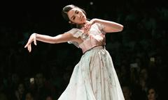 Hoàng Thùy cầm váy chạy trên sàn diễn thời trang