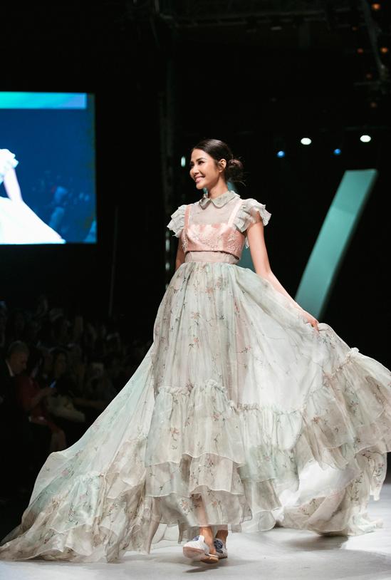 Á hậu Hoàng Thùy hóa thân thành nàng Cinderella cho bộ sưu tập thương hiệu thời trang cao cấp của Ý.