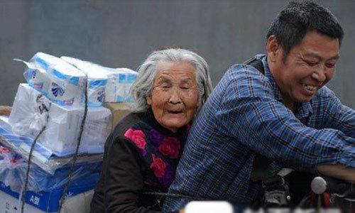 Nhân viên giao hàng đưa mẹ già mất trí nhớ đi làm cùng mỗi ngày