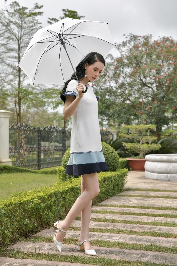 Những cô nàng chuộng phong cách thanh lịch sẽ hài lòng với set váy đuôi cá tone trắng cùng giày mũi nhọn quai ngang, gót vuông êm ái mà không thô cứng.