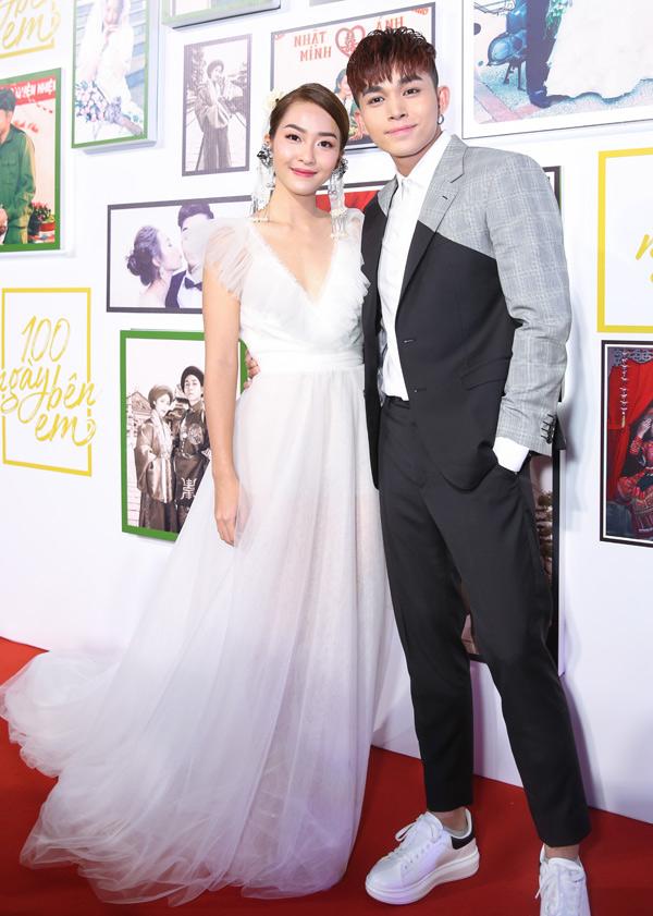 Tối 23/4, diễn viên Khả Ngân và ca sĩ Jun Phạm tình tứ sánh đôi trên thảm đỏ sự kiện điện ảnh tại TP HCM. Cả hai vừa có dịp đóng cặp trong phim 100 ngày bên em.