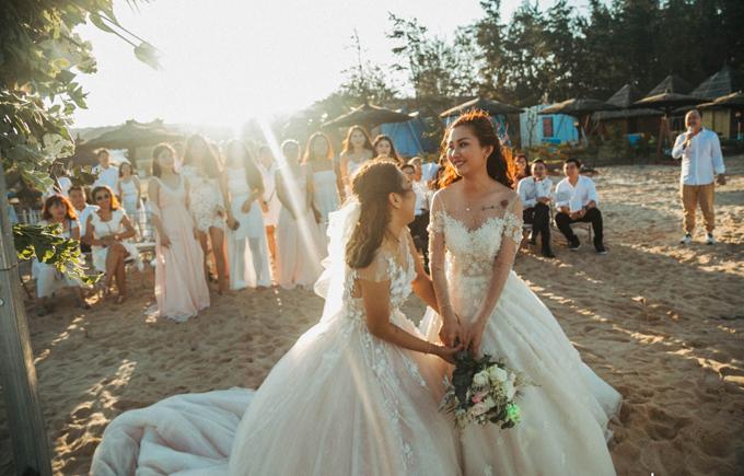 Tiệc cưới trên bãi biển diễn ra giống như những gì mà hai cô gái mơ ước.