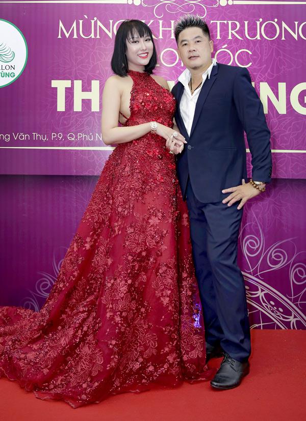Nữ diễn viên tới chúc mừng nhà tạo mẫu tóc Thanh Tùng khai trương salon mới.
