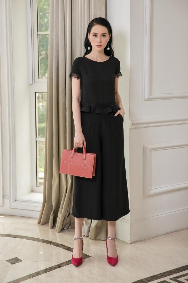 Với chiếc váy đenhuyền bí, bạn vẫn có thể nổi bật khi kết hợp cùng túi xách hồng san hô và giày đính đá.