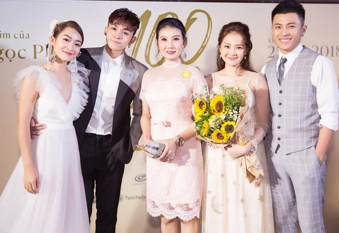 Gin Tuấn Kiệt (ngoài bên phải) hóa thân chồng của Tam Triều Dâng. Nghệ sĩ Mỹ Uyên