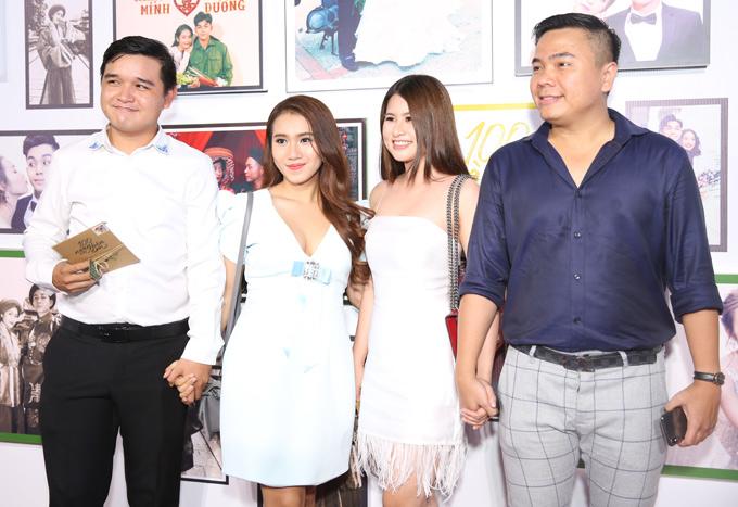 Đạo diễn Võ Thanh Hòa (trái) nắm tay vợ mới cưới đi sự kiện. Vợ chồng anh đi cùng hai người bạn.