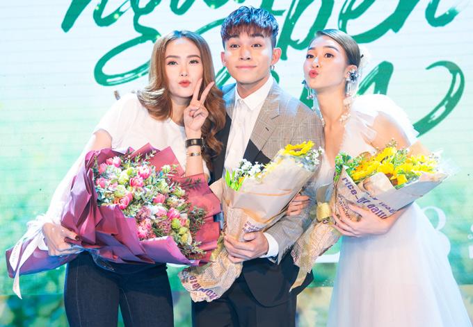 Ca sĩ Minh Hằng ôm bó hoa to tới chúc mừng đồng nghiệp có vai diễn mới. Nhiều khách mời ngờ ngợ không nhận ra bé Heo bởi trông mặt cô rất khác lạ.