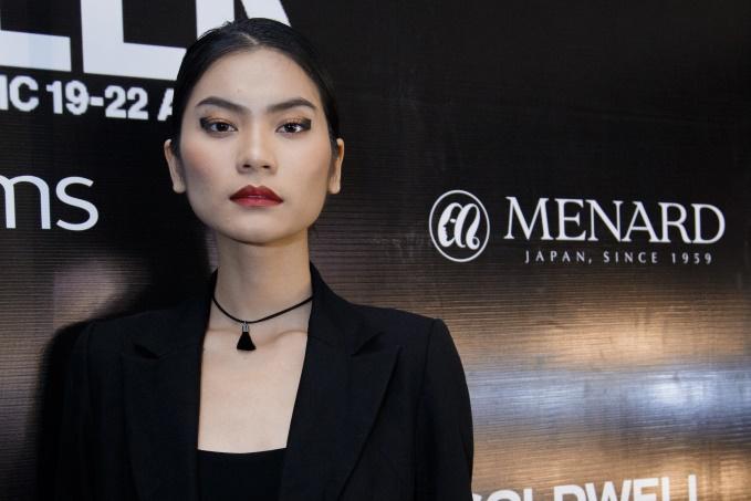 Kiểu kẻ mắt hất đuôi 90 độ gây ấn tượngtrong show diễn của nhà thiết kếHà Linh Thư.