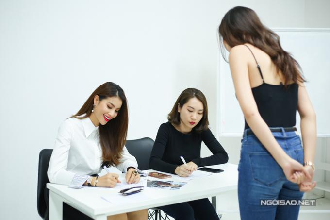 Nhiều người mẫu chuyên nghiệp đã đăng ký casting khi biết được thông tin Phạm Hương tổ chức chương trình thời trang với vai trò thiết kế.