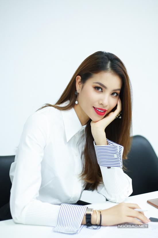 Để chuẩn bị cho show diễn thời trang cá nhân sẽ được tổ chức vào ngày 11/5, Phạm Hương đã trực tiếp tổ chức buổi tuyển chọn người mẫu.