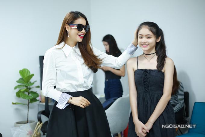 Dàn người mẫu còn được Phạm Hương thử thách trong việc lựa chọn trang phục đúng tinh thần Girl Boss. Dựa vào đó, người đẹp đất cảngsẽ chọn ra người mẫu xứng đáng, đúng tinh thần cho vị trí quan trọng của bộ sưu tập.