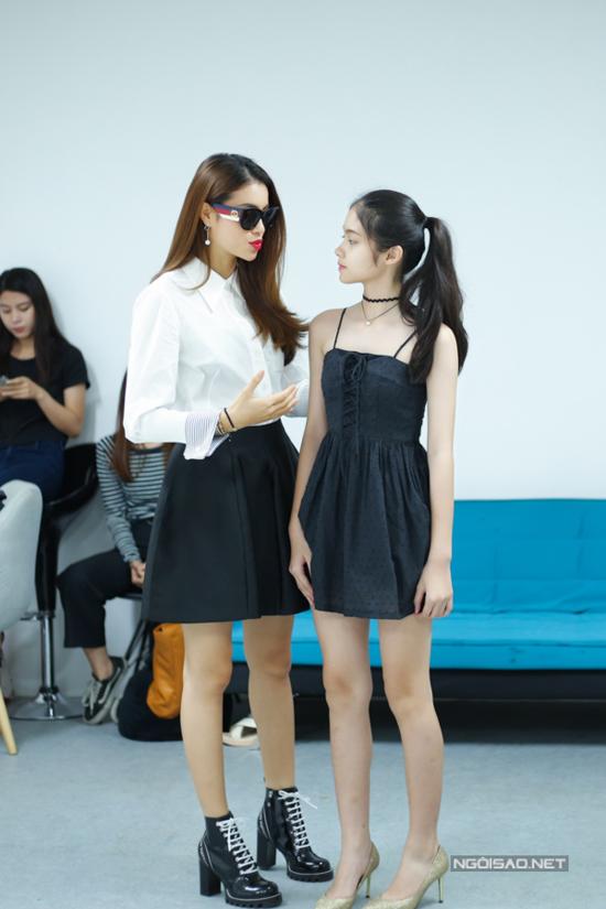Cô bé fan hâm mộ 14 tuổi của Phạm Hương cũng đến tham dự, mong muốn góp mặt trong show thời trang của thần tượng mình.
