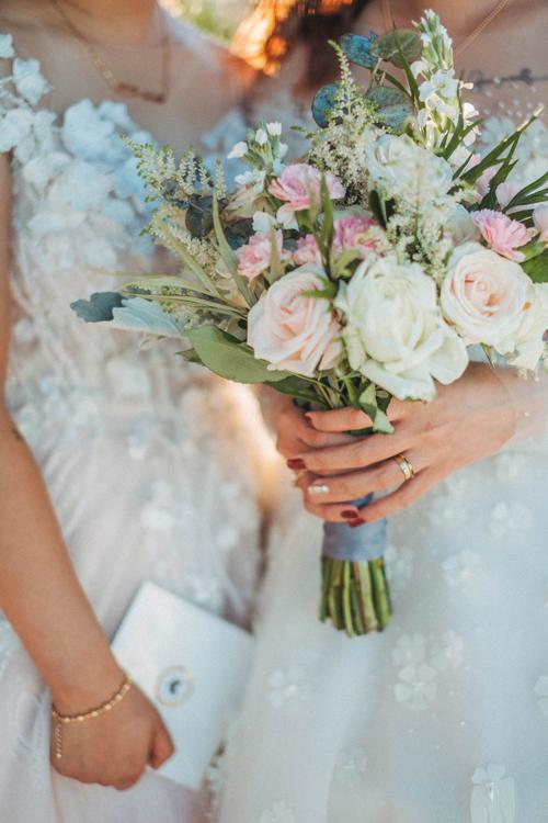 Họ chọn tông màu pastel trắng, hồng cho tiệc cưới lãng mạn.