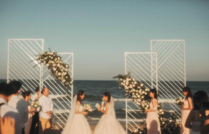 Trước sự chứng kiến của mọi người, Tyna và Thanh Trúc trao nhau lời hẹn ước yêu thương lâu dài.