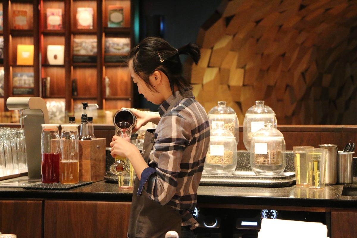 Không khí như lễ hội trong tiệm Starbucks lớn nhất thế giới ở Thượng Hải