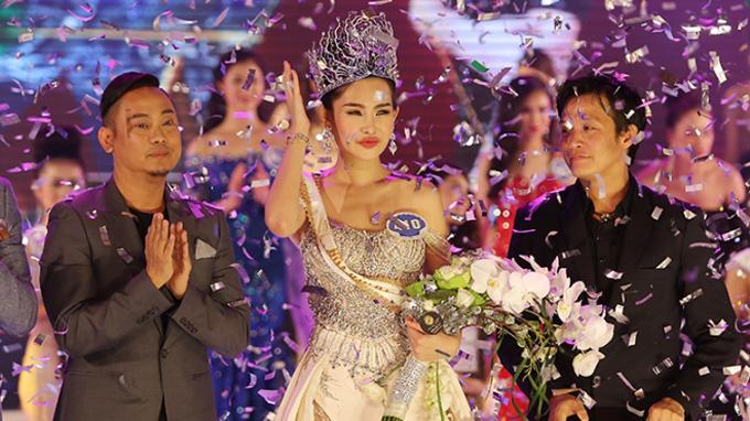 Phút đăng quang của Lê Âu Ngân Anh tại Hoa hậu Đại dương 2017.
