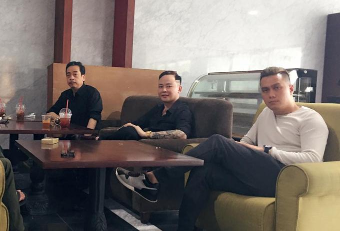 Diễn viên Tùng Dương chụp ảnh kry niệm cùng ông trùm Hoàng Dũng và Việt Anhtại hậu trường.