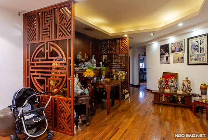 Bàn thờ được đặt ở vị trí trung tâm của ngôi nhà với các vách ngăn lớn bằng gỗ, vừa giữ được sự tôn nghiêm vừa hài hòa với thiết kế tổng thể.