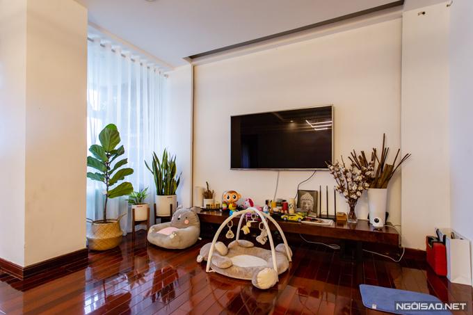 Ở phòng khách, ngoài các phương tiện giải trí của người lớn, ca nương Kiều Anh còn sắp xếp thêm đồ chơi của bé Soup để bố mẹ vừa có thể xem tivi, nghe nhạc vừa trông em bé. Nữ ca sĩ sử dụng nhiều cây xanh để trang trí cho căn hộ của mình.