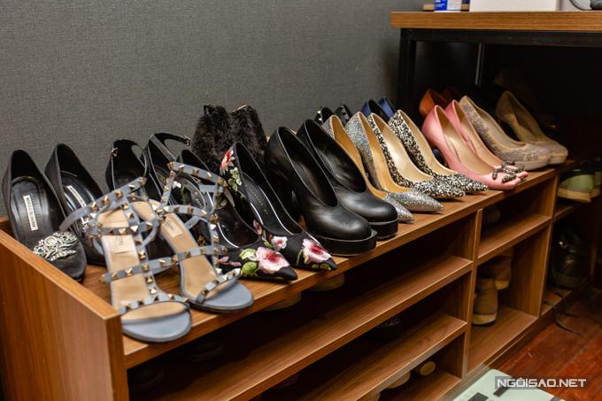 Nữ ca sĩ dành riêng một phòng để tủ giầy, tủ quần áo của mình và ông xã. Kiều Anh sở hữu tủ giày đa dạng kiểu cách, thuộc nhiều thương hiệu nổi tiếng như Valentino, Manolo Blahnik, Gucci,Dolce & Gabbana, Christian Louboutin...
