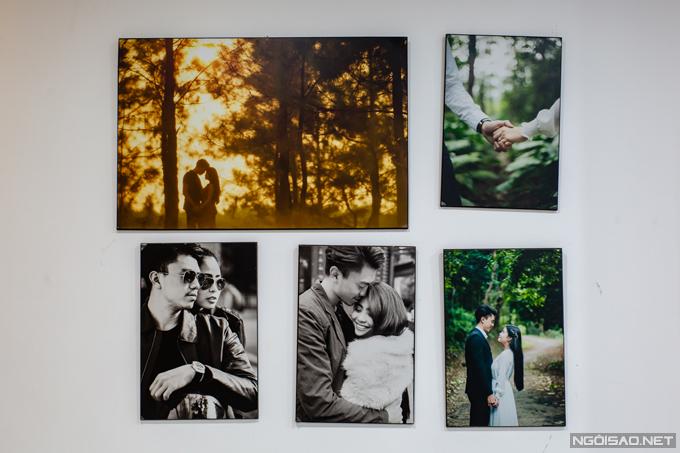 Một góc tường của phòng ngủ được trang trí bằng những bức ảnh cướicủa Kiều Anh và ông xã Văn Quỳnh.