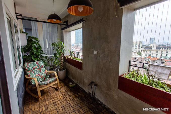 Vợ chồng Kiều Anh đặc biệt chăm chút cho các không gian thư giãn trong nhà. Ban công chính được trồng nhiều cây cối, đặt ghế tựa để nữ ca sĩngắm thành phố từ trên cao. Ông xã cô cũng thường xuyên ngồi đây để đọc sách hoặc hút thuốc.