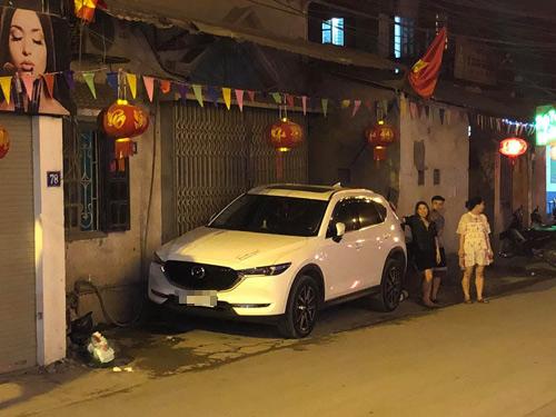Chiếc ô tô đỗ ngay cửa ra vào ngôi nhà.