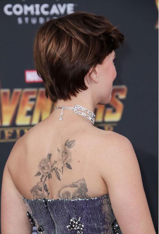 Nữ diễn viên cũng để lộ hình xăm hoa hồng trên lưng.